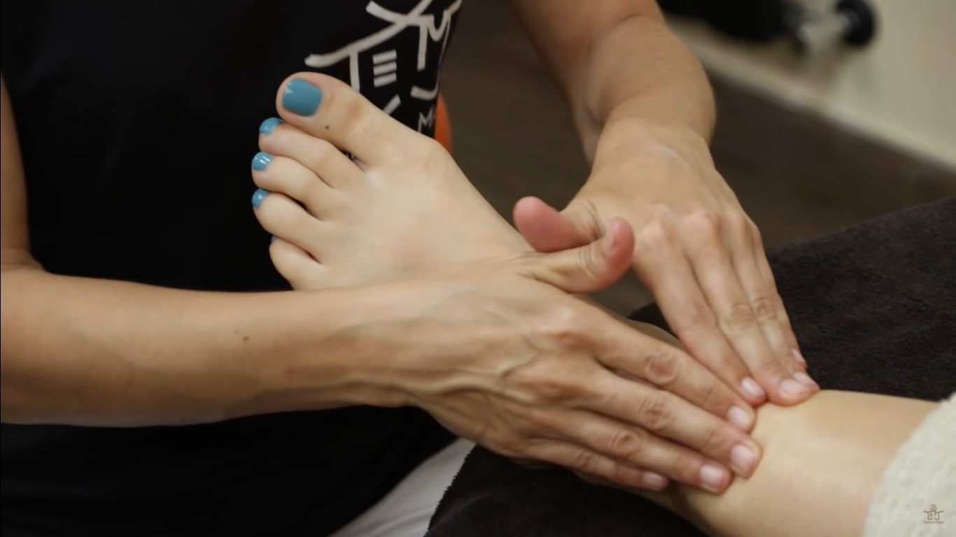 Finalizando el masaje para pies hinchados