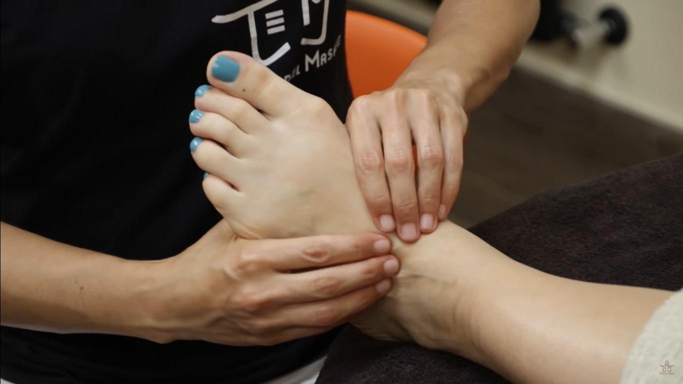 Reflexología para los pies hinchados, huecos de los dedos